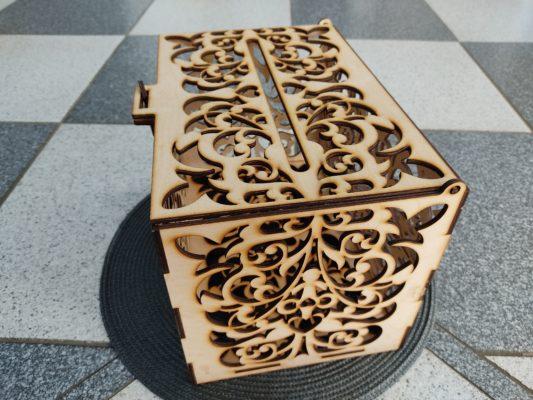briefbox-hochzeit-aus-holz-briefkasten-seitlich